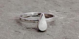 Główne zalety złotych pierścionków zaręczynowych